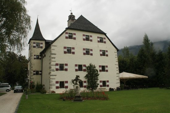 Schloss Prielau Hotel & Restaurants: side view of the beautiful building