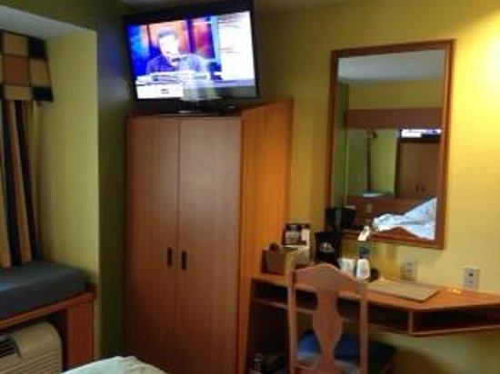 Microtel Inn & Suites by Wyndham Kingsland: Room showing TV, space efficiency