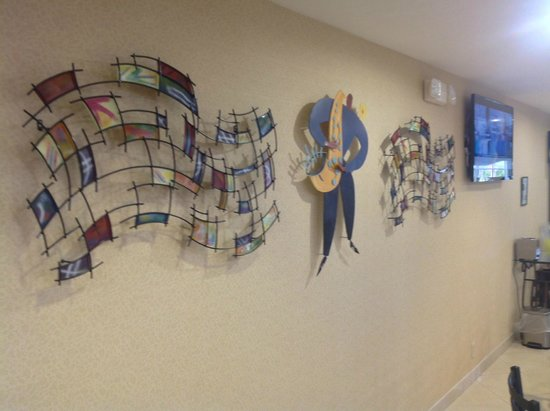 Microtel Inn & Suites by Wyndham Kingsland: Artwork in breakfast area of lobby