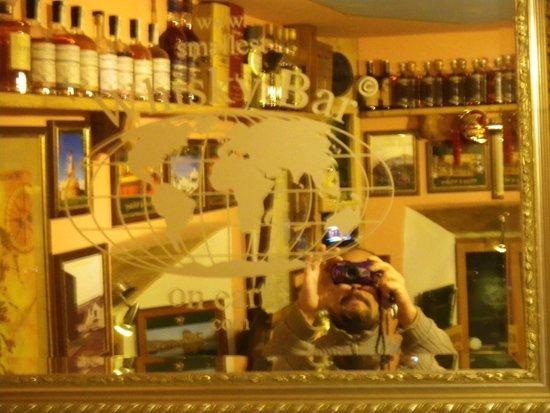 Smallest Whisky Bar On Earth: ein Spiegel im Laden mit reichlich auswahl im Spiegelbild