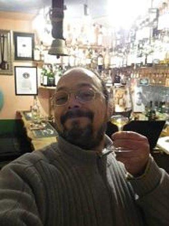 Smallest Whisky Bar On Earth: Der Whisky hat es in sich gehabt...