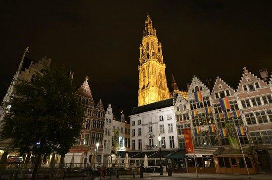 Grote Markt van Antwerpen: площадь ночью