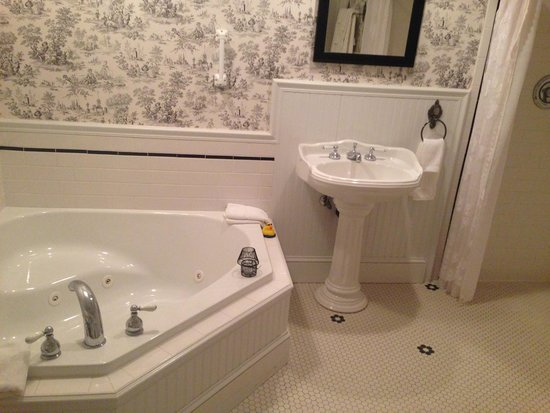 1896 House - Barnside Inn: Bathroom with jacuzzi and large walk in shower