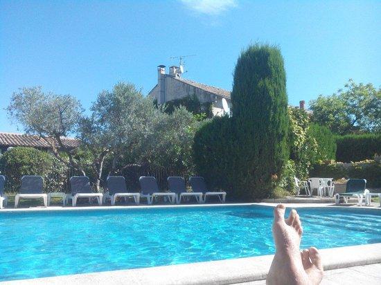 Villa Glanum Hotel: La piscine avec vue sur bâtiment principal qui accueille les chambres standards