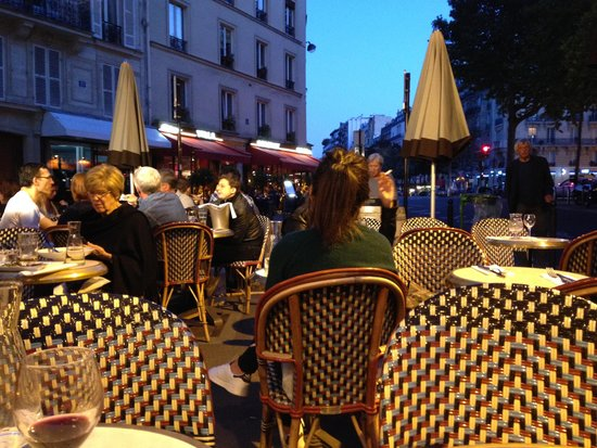 Hôtel Jardin Le Bréa : Cafe on the corner with delicious food and people watching