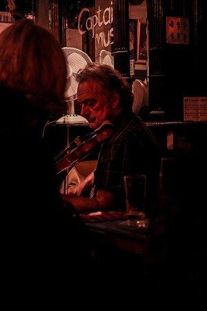Musicista in Captains Bar, Edimburgo