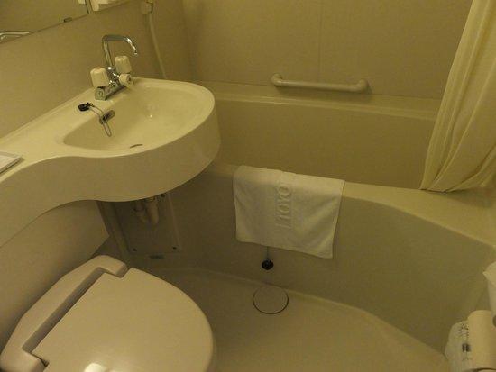 Toyoko Inn Kanda Akihabara: 普通のバスルーム
