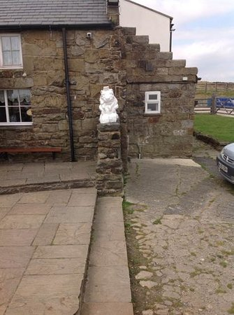 The Lion Inn: A Lion waits to welcome you!