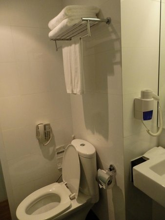 CityPoint Hotel : The WC & basin