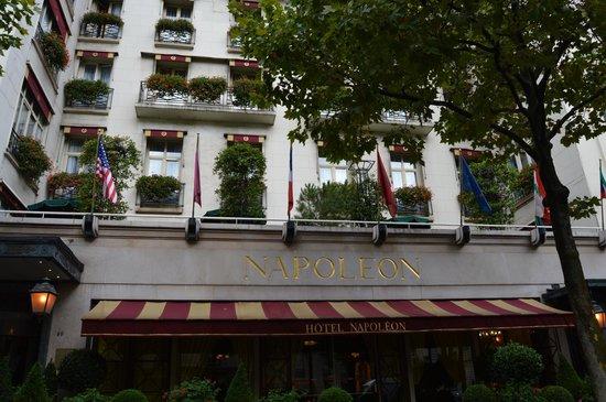Hotel Napoleon Paris: Front of the hotel