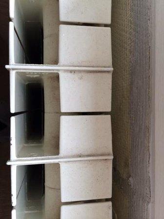 Hotel Saint Roch: il termosifone sotto l'unica finestra