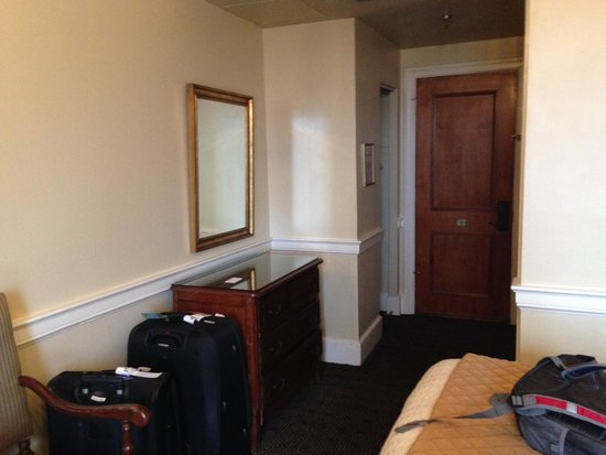 Hotel Provincial : Chest & miror