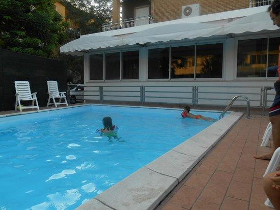 Hotel Kennedy : un bagno in piscina