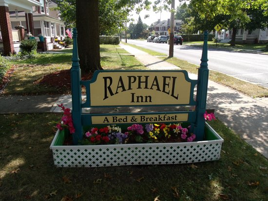 Raphael Inn Bed and Breakfast: Outside