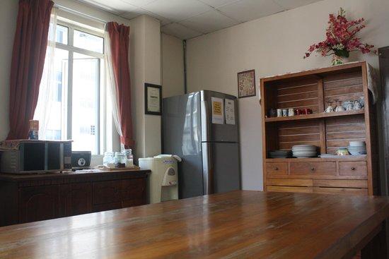 Sensi Backpackers Hostel: The Lounge Kitchen