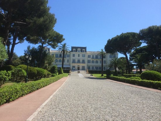 Hotel du Cap Eden-Roc : View of the hotel from the pool / restaurant area