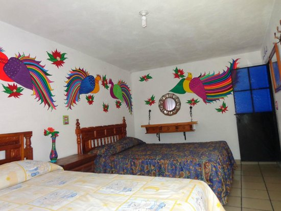 Hostal Joan Sebastian: Pinturas Nahuatls en todas las habitaciones.. Recamara numero cuatro.