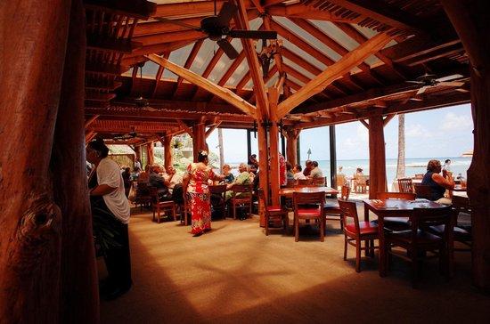 Turtle Bay Resort: ビーチサイドのレストラン。 フラダンサーもご機嫌。