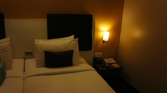 Mango Hotels, Agra - Sikandra: View of bed and side table