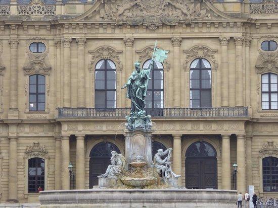 The Residenz: 宮殿前に噴水があります。