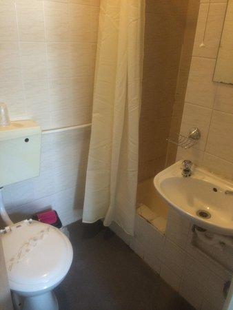 The Farnborough: Me and my girlfriend bathroom !!