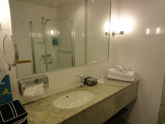 Break Sokos Hotel Flamingo: Bathroom vanity - spacious.