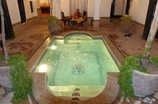 Riad Al Andaluz: Le bassin le soir....