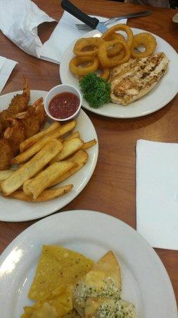 Ponderosa Steakhouse: Meu prato(Camarão empanado+Fritas=$9,99) - prato da minha namorada(Filé de Frango+OnionsRings=$1