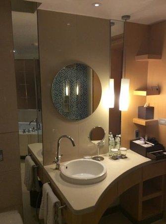 Centara Grand at CentralWorld : nice bathroom