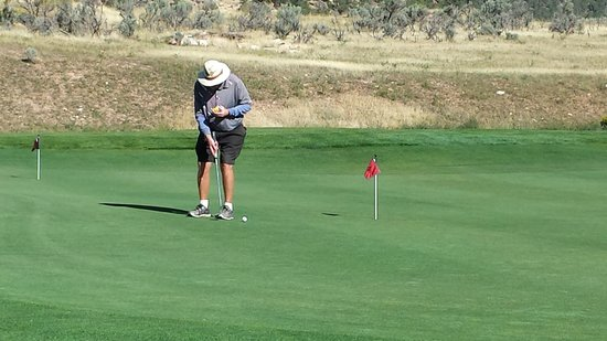 Lakota Canyon Golf Course: Craig putting and eating, not helping.