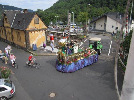 Hotel, Gasthaus &  Restaurant zur Post : vu de la terrasse de l'hôtel, le passage à niveau !!