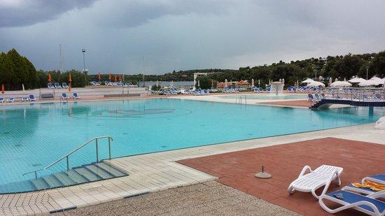 Ombrelloni alla piscina foto di valalta naturist camp - Piscine gia pronte prezzi ...