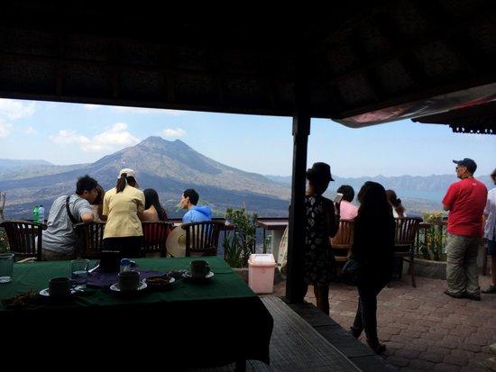 Batur Sari Restaurant : Outdoor dining overlooking the volcano available.