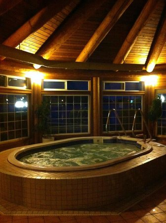The Inn on Long Lake: Spacious hot tub.