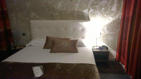 Hotel Villa Victoria: Large bed
