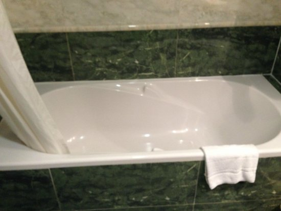 Fiesta Hotel Athènee Palace: Bagno tutto in marmo