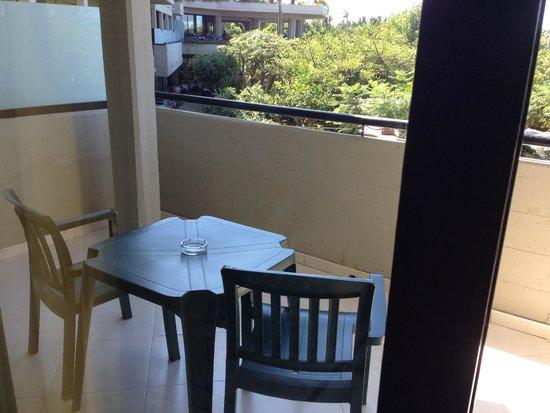 Fiesta Hotel Athènee Palace: Terrazzino molto comodo con stendipanni