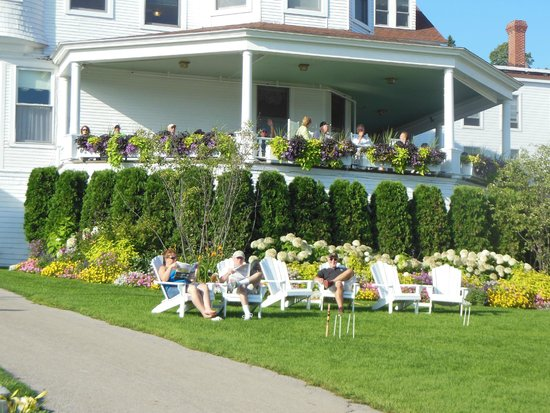 Island House Hotel: Relaxing in the front yard facing the harbor.