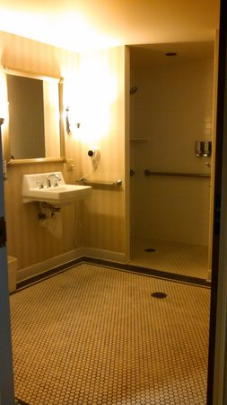 Marcus Whitman Hotel & Conference Center : Huge Bathroom