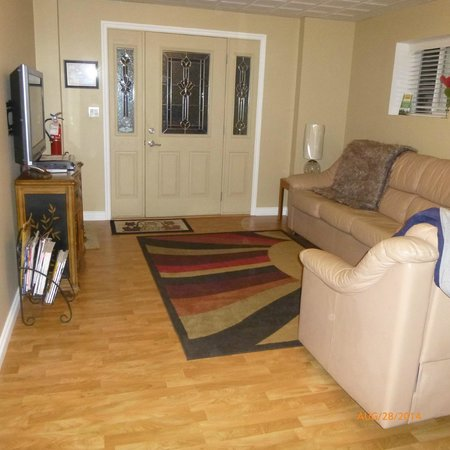 Bella Vista B&B: Shared Guest Lounge area, flat screen TV and entrance door