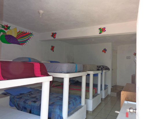 Hostal Joan Sebastian: Dormitorio  baño completo al fondo y terraza frontal.