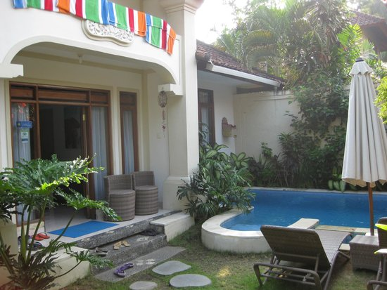 Umadasa Seminyak: Main entrance and garden-pool area