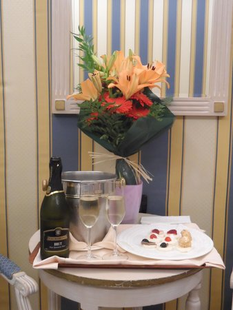 Hotel Carlton on the Grand Canal : Romantic package in room upon arrival