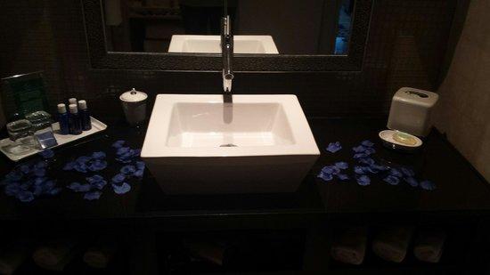 MotorCity Casino Hotel: Bathroom sink