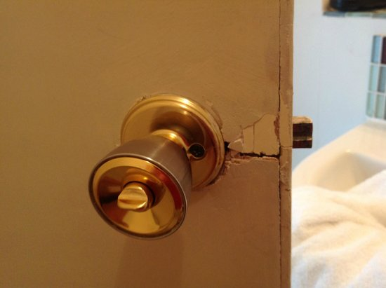 The Cottonwood Boutique Hotel: Bathroom door. I expect more for £145