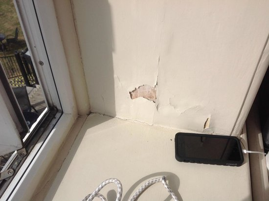 The Cottonwood Boutique Hotel: Inside window. Disgraceful for £145