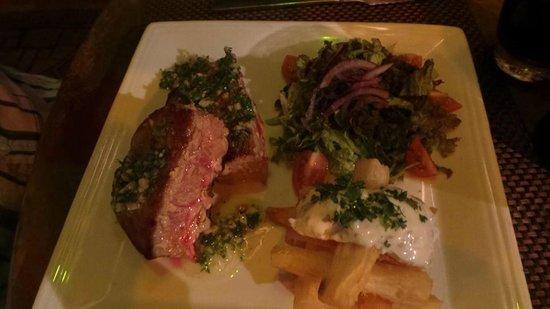 El Refugio Grill: Seared tuna steak with fried yucca wedges
