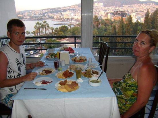 Surtel Hotel Kusadasi : Столик в ресторане отеля с замечательным видом на город