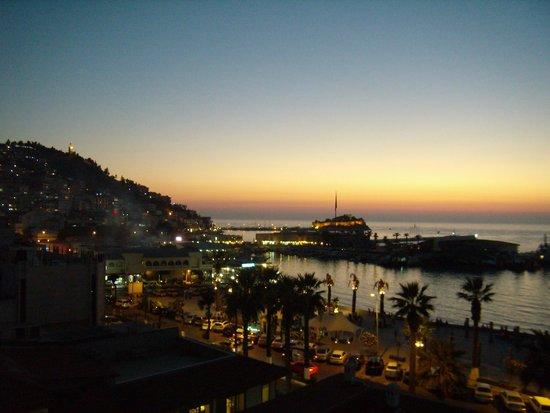 Surtel Hotel Kusadasi : Вид с балкона на ночной город