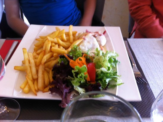 La Mama: Non pizza - note generous chips & salad garnish